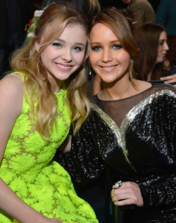 2013 PEOPLE'S CHOICE AWARDS - CHLOE MORETZ & JENNIFER LAWRENCE  2013 has sure kicked off with a fabulous start in Hollywood, with the 2013 People's Choice Awards taking place today. The hottest stars in tinsel town attended the event at the Nokia Theatre in Los Angeles and we assure you that there was plenty to see when it came to the hot frocks and shocks in the fashion stakes! Here are the hottest red carpet photos for YOUR viewing pleasure! Image Source: Just Jared