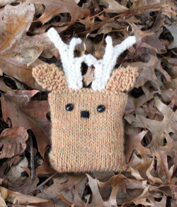 justkeepstitching:  (via Duo Fiberworks - Duo Fiberworks - Free knitting pattern- Deer Bean Bag)