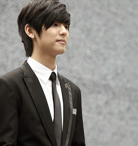 pervingonkpop:  For those that appreciate tuxedos all of us.