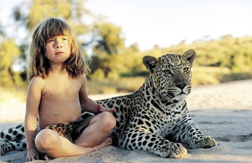 "earth-song:  Tippi Degré, the girl who spent her childhood in the African jungle Tippi Degré could be a normal girl, but for the fact of having lived 13 years of his life in the African jungle, living with all kinds of animals, from the most peaceful to the largest predators. A kind of Mowgli in females. Since his birth in 1990 until his 13-year-old Tippi lived in the African jungle, but after Tippi moved with his parents to Paris and the result was expected: the girl couldn't relate because she had ""little in common"" with other children. She was educated at home and today, at age 23, studying cinema at the Sorbonne Nouvelle University.  [read more]"