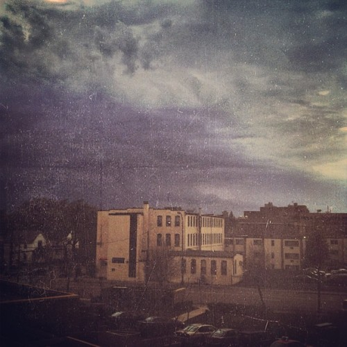 rainydaysandblankets:  Tut tut, it looks like rain…!