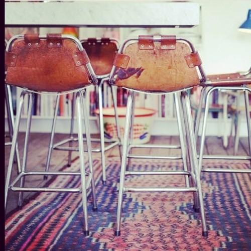 Att hitta snygga barstolar kan tyckas lite svårt, de här får dock högsta betyg!                                 Love the chairs! #barstool #leather #chair #vintage #scandinavianstyle #nordicstyle #furniture #barstolar #interior #inredning #industrial