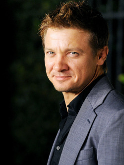 faithallday:  HAPPYYY BIRTHDAYYYY RENNER!!!! <3 <3 <3