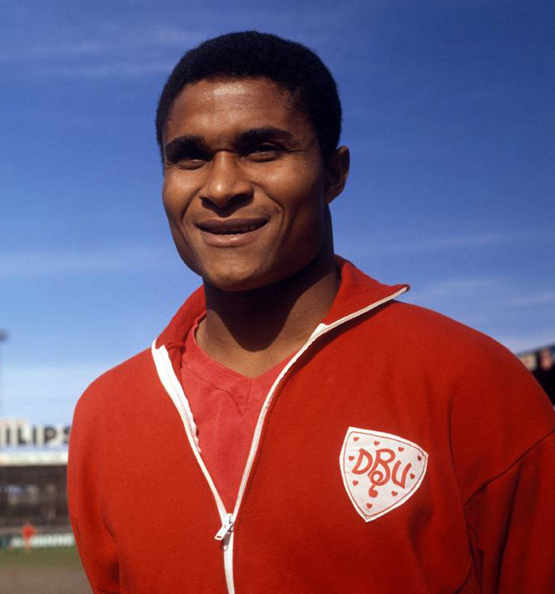 Portugal's Eusebio does some P.R. by sporting a red Dansk Boldspil-Union top in training before the Denmark v Portugal (1-3) friendly on June 21, 1966.  Source: 11FREUNDE