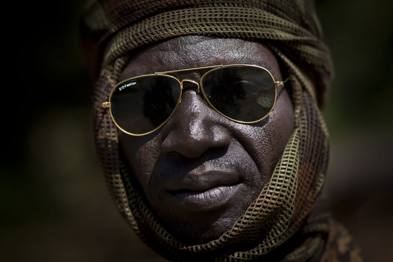 Welcome to Bangui. A Chadian soldier fighting in support of Central African Republic president Francois Bozize, sits on a truck in a convoy of other Chadian soldiers at 70km north of the capital Bangui. Bienvenue à Bangui. Un soldat Tchadien combattant pour le président François Boziz ,attend assis sur un camion en partancei à 70 km au Nord de la capitale Bangui, accompagné d'autres soldats Tchadiens  PHOTOGRAPHER : AP PHOTO/BEN CURTIS