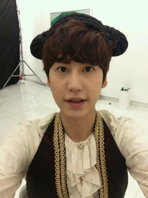 @SKTworld: [TJ Kyuhyun] Firstly for those who don't believe it's me! Let out a proof shot~ This is the filming set of SK Telecom advertisement. #KH x