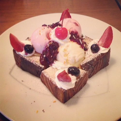 Berry berry honey toast. #japan #food #foodporn #yummy #sweets #kawaii #toast #fruits #icecream