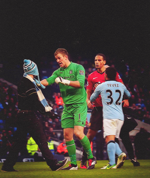 Joe Hart defends Rio Ferdinand from the pitch invader that tried to attack him. #RESPECT