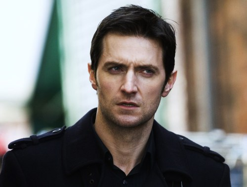 guylty:  equion:  p-r-o-x-y:  Richard Armitage as Lucas North… being sexy as ever  THE COAT  coat: yup turtleneck: yeuch.  好帅!