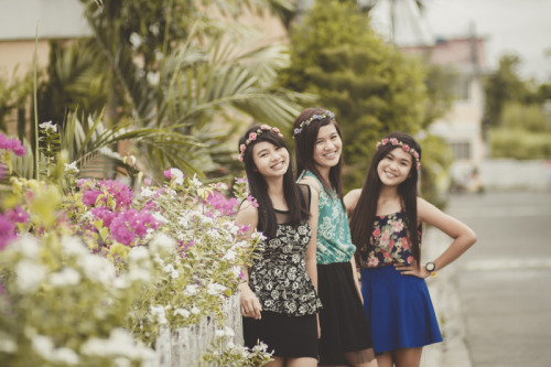 NEW POST! In Bloom. Had a shoot with four pretty girls (Franny not in picture because she was late…. which seemed like a usual occurance. Haha). The title is a bit too overused by others, but this is the only thing i could think of……. since this post has a bit too much flowers included in the background…. and even in their outfits! :D Sorry for some shots that may be a bit off-focused!