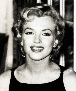 Marilyn photographed during a press conference at the Savoy Hotel in London,1956.