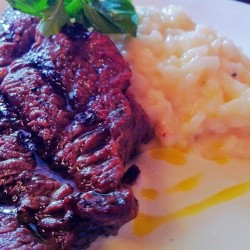Steak + risotto tomilho e laranja. #food #instafood  #bh (at Mercearia 130)