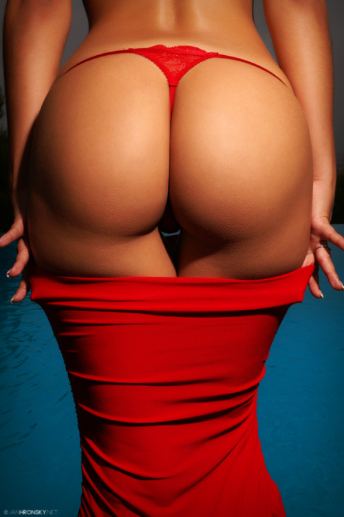 picabomb:  perfect-curves:  Lady in red.   http://lingeriebomb.tumblr.com/ http://bw-picabomb.tumblr.com/ http://picabomb.tumblr.com/