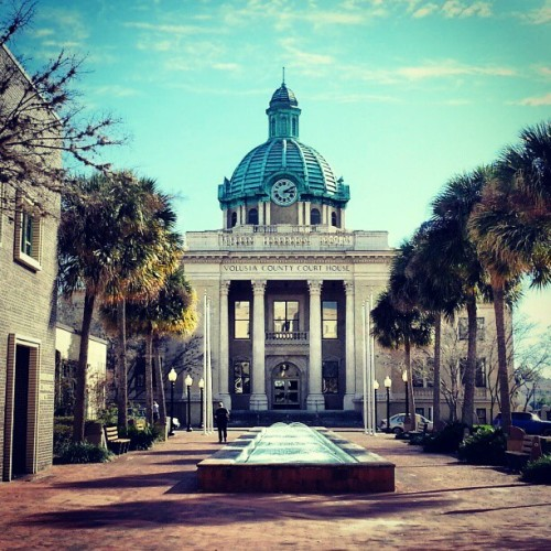 #Volusiacounty #courthouse #downtown #blueskies #doesntmatterwhenitsalwaysagoodtime #water #fountain #vintagetown @hardly_niggardly