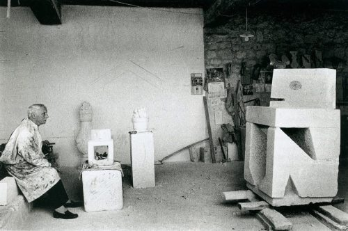i12bent:  Max Ernst in studio, 1965 Photo: Gilles Chauvelin   Not an umbrella