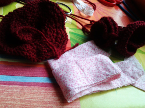 One flower…. a knitted flower with an old  pink tissu >_<  It's a pleasure to understand that you can create some stuff with just your hands *0*
