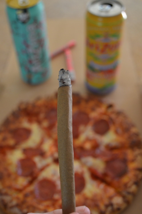 badbarbies-do-it-well:  incredible-kush:  before blunt  yeah, pizza and blunts