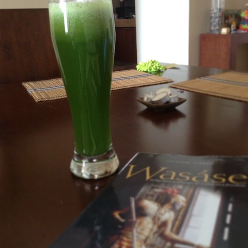 Green power juice (cucumber, green pepper, green apple, ginger, lemon, spinach, parsley) and wasase. Gyak. #juicing #juicedetox #wasase #taiaiakealfred #native #ojibwa #anishinaabe #indigenous