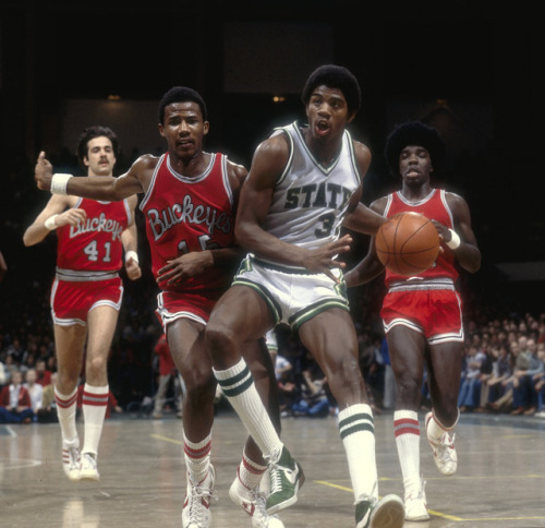 Direto de 1978, Magic Johnson enfrenta o pai do Leandrinho… siphotos:  Michigan State's Magic Johnson dribbles the ball upcourt during a Feb. 1978 game against Ohio State. (Heinz Kluetmeier/SI)