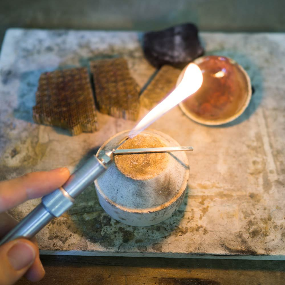 マリッジリングの制作風景 ガストーチに火 結婚指輪の素材