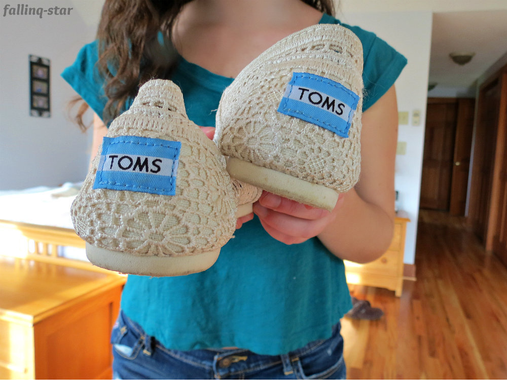 fallinq-star:  i got new toms & i love them c: