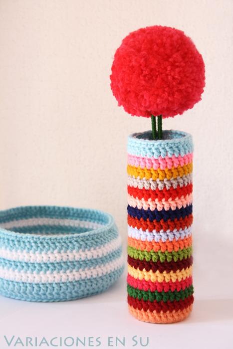 Crochet Vase Cover & Pom Pom FlowerFuente: Variaciones en Su
