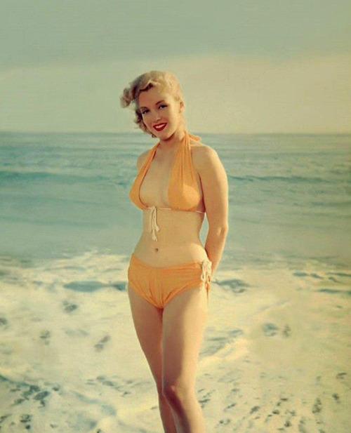 infinitemarilynmonroe:  Marilyn Monroe photographed by Anthony Beauchamp, 1950.