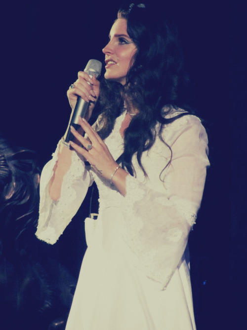 ilovelanadelrey12:  Lana in London.