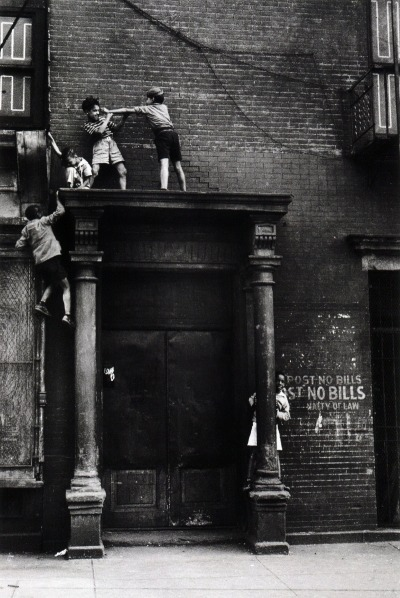 m3zzaluna:  new york, 1939 photo by helen levitt, from street seen: the psychological gesture in american photography 1940-1959