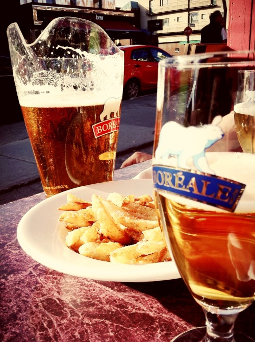 Soleil, Frites, Bière / Sun, Fries, Beer at Pizzafiore – View on Path.