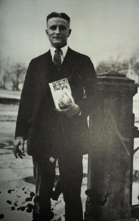 baiosensidan:   F. Scott Fitzgerald with his 'The Great Gatsby'