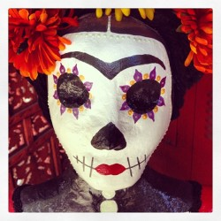 #frida #calavera #ddlm #muertos #marigolds #skull #holygrounds (at Holy Grounds Coffee & Tea)