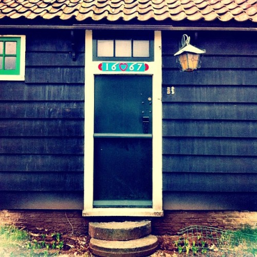 A cute #windmill #door :) #doorporn #1667 #netherlands #zaanseschans #lantern (at Verfmolen De Kat)