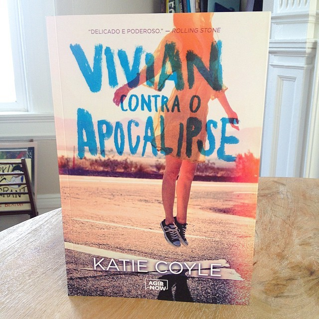 VIVIAN CONTRA O APOCALIPSE is now available in Brazil! Published by Agir Now. It is super cute and I can't read a word of it. Thank you, @giualonso!