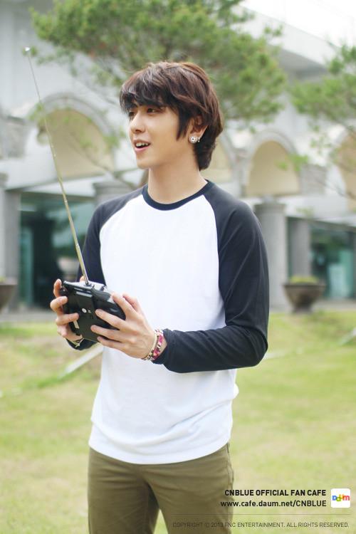 [Photos] Yonghwa joue avec un hélicoptère (04.07.13) Tumblr_mpi6o1TJl71qcejx0o8_500