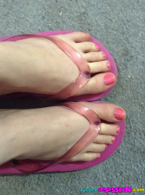 kelseyobsession:  My pretty pink pedicure #petitefeet