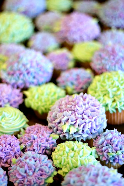 capecod-lovin:  seasonaljoy:  Hydrangea Cupcakes  omg i literally can't. these are so beautiful