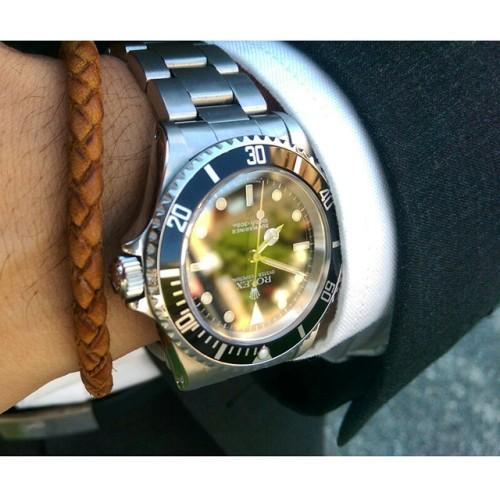 A warm one in Sydney today… Switched to the bracelet. Have a nice day everyone.   #calibre61 #watch #watchporn #watchoftheday #timepiece #watches #watchfreak #watchgeek #mensstyle #mensfashion #menswear #horology #watchuseek #wiwt #dress #fashion #watchfam #watchcommunity #rolex #submariner #14060 #vintage #htcone #work #colour #bracelet #rolexsubmariner
