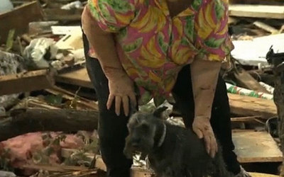 xanaxtasy-13:  faux-gingerette:  hellogiggles:  TORNADO SURVIVOR FINDS DOG DURING TV INTERVIEW by Blaire Bercy http://bit.ly/16NRf17  Oh my, I am crying. I've only just done my makeup and now it is all over.   I heard about this before, so I thought I was prepared. But I was not :')