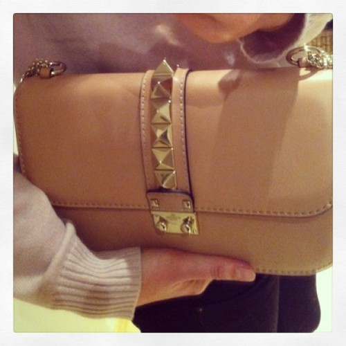 Tadaaa - Valentino Rockstud Shoulder Bag 😻😻😻#valentino#rockstud#newin#shopping#nude#bag#bagoftheday#botd#spring#instapic#instafashion #iphoneonly#me#blog #blogger#mylifeinbags