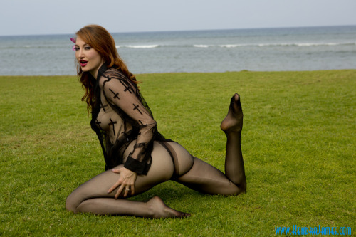 therealkendrajames:  Paradise! #sexysaturday #pantyhose #booty #feet  A picture for me outside wearing Nylon no shoes ;oP