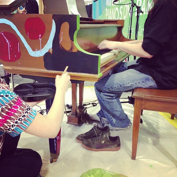 Ever see a piano painted while it was being played? #pianosonparade (at Mall of America)