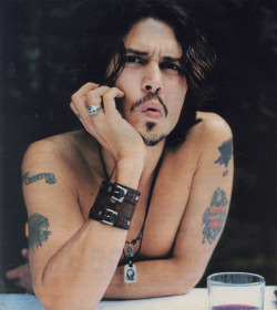 girlwitheagereyes:  johnny depp… <3<3<3 smokin hawtt