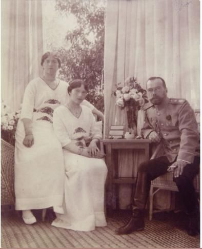 Grand Duchesses Maria and Tatiana with their father, Nicholas II at Peterhof: 1915.