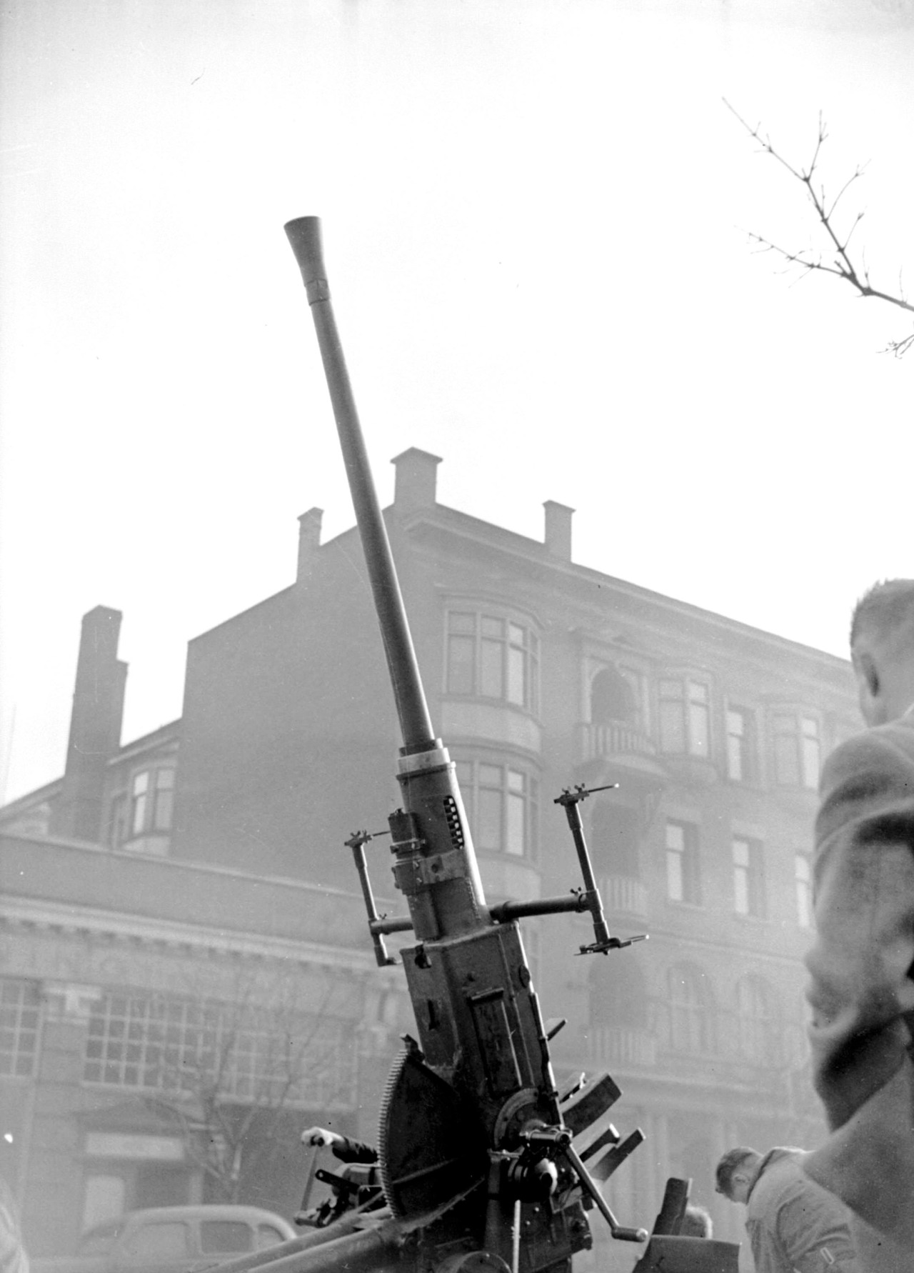 Anti-aircraft gun, Georgia Street, February 1942 Source: Photo by Jack Lindsay, City of Vancouver Archives #1184-26