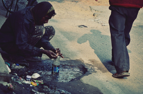 Man collecting water, New Dehli