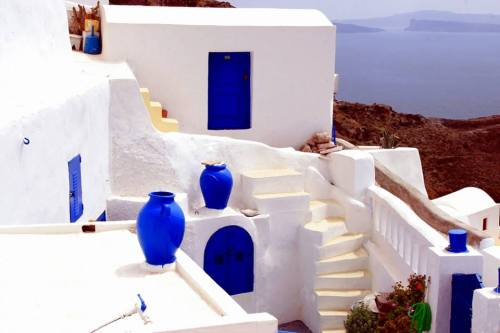 elladaa:  White house ~ blue doors & windows ~ blue terracotta jars overlooking the sea.   Oia, Santorini  by  Marite2007 on Flickr