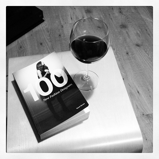 #reading #hoodnight 🍷