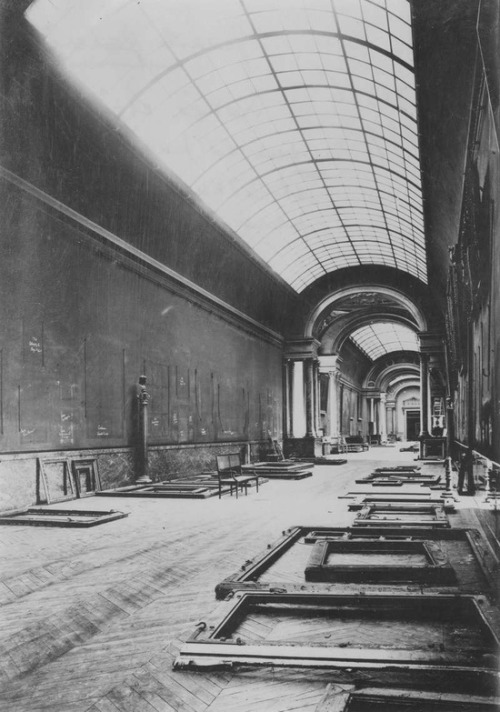 free-parking:  The Louvre is evacuated before German invasion in 1939, its works returning in 1945