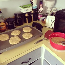 On that #pancake grind. #oatmealbananapancakes #banana #oatmeal #breakfast #dogs #dawgs #wheremydawgsat #ruffrydas #herdinturtles